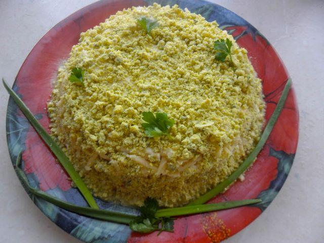 картофельно-рыбный салат с яйцами