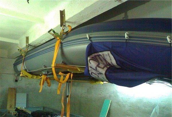 Лодка под потолком в гараже