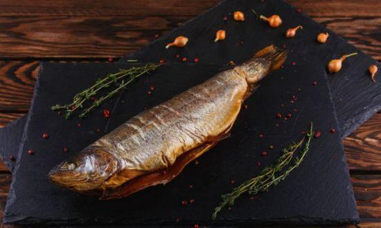 рыба на черной доске