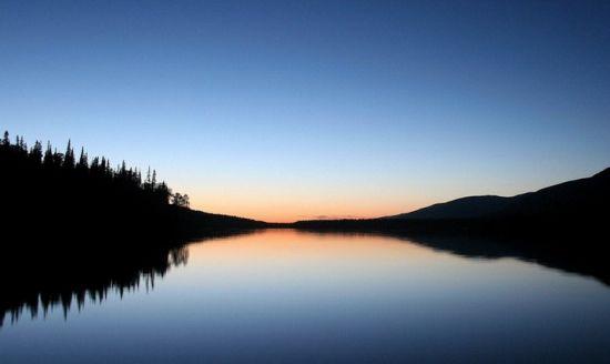 на водоеме во время заката