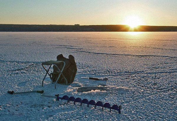 Зимний пейзаж с ледобуром