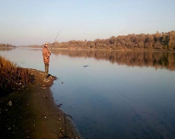 Рыболов на реке