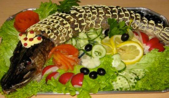 блюдо, украшенное овощами и зеленью