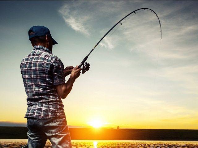 Рыболов со спиннингом