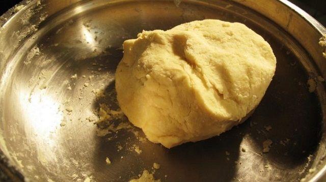 Тесто в металлической миске