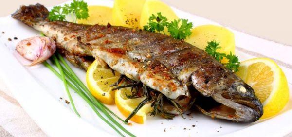 рыба на длинной белой тарелке