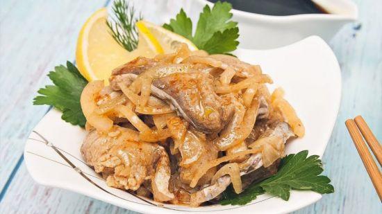 рыба с луком и зеленью