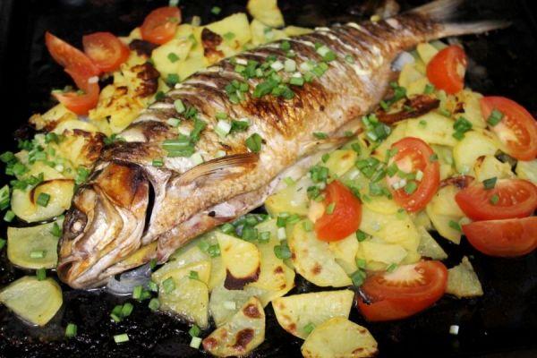 рыба с картофелем и помидорами