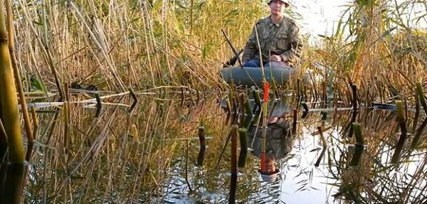 Рыболов в зарослях травы
