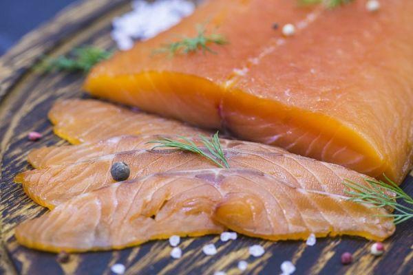 отрезанные куски лосося