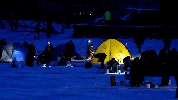 Палатки ночью на льду