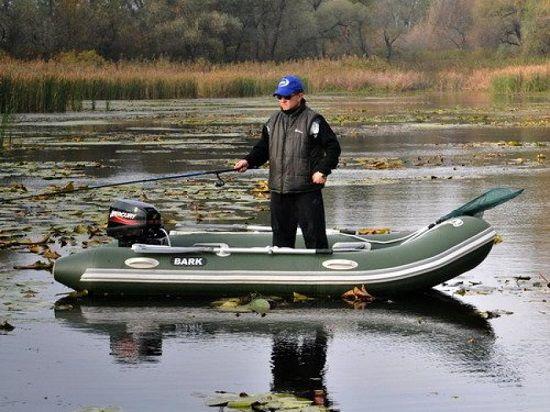 Рыболов стоит в лодке