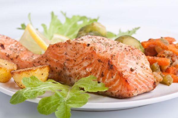 рыба на листе салата