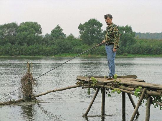 Плетень, поставленный поперек реки