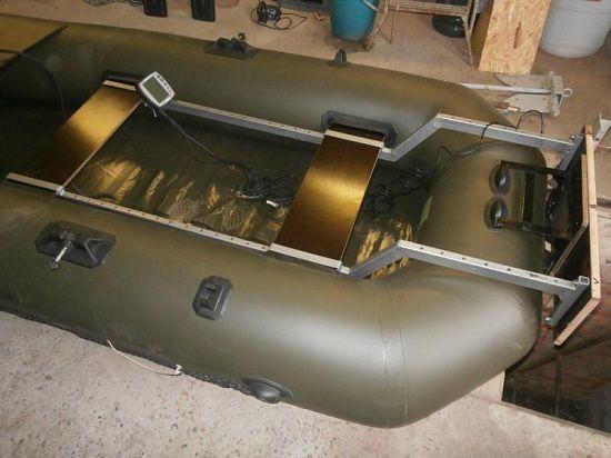 Общий вид сверху установленного на лодку транца