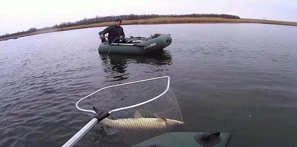 Амур в подсаке рыболова