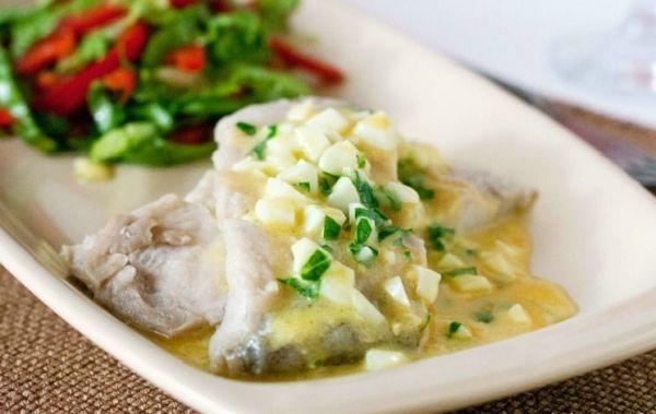 рыба с белой посуде
