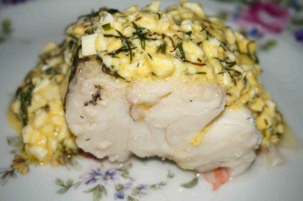 кусок рыбы с соусом
