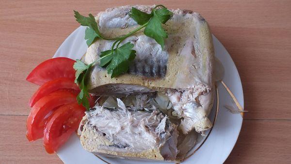 рыба с зеленью и помидорами