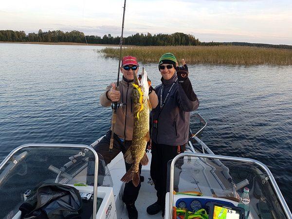 Рыбаки со щукой
