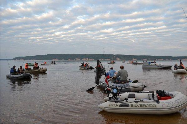 На соревнованиях по спиннингу с лодки