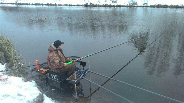 Рыбак зимой на канале