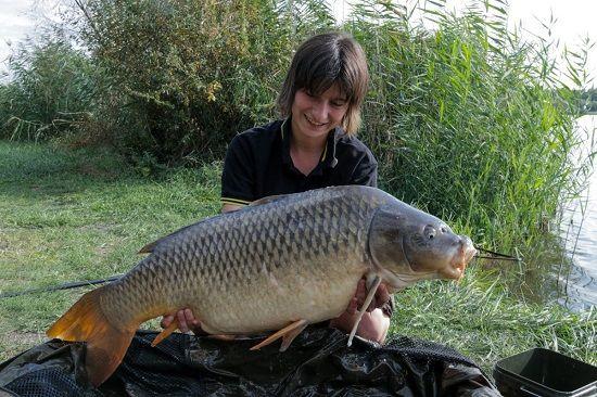 Рыболов с трофейным карпом
