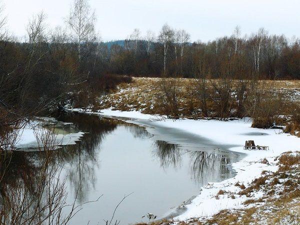 Замерзшие закрайки на речке