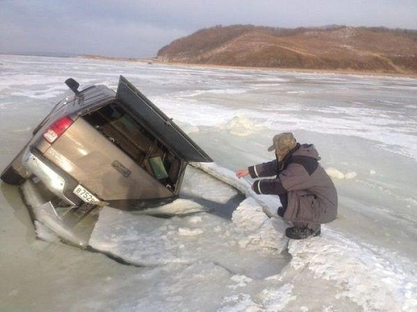 Автомобиль провалился под лед