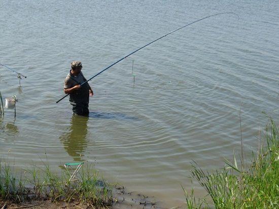 Рыболов в воде