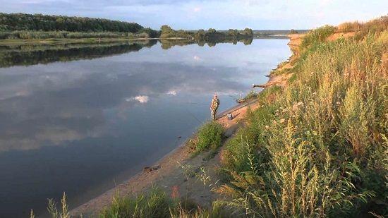 Рыболов на берегу реки