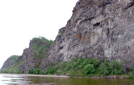 Скалистый берег на реке
