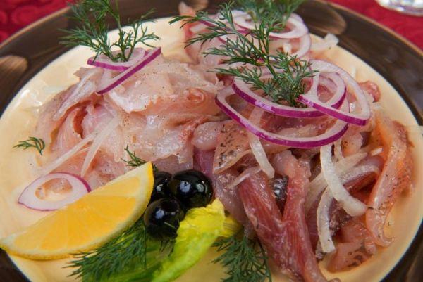 рыба с оливками, луком