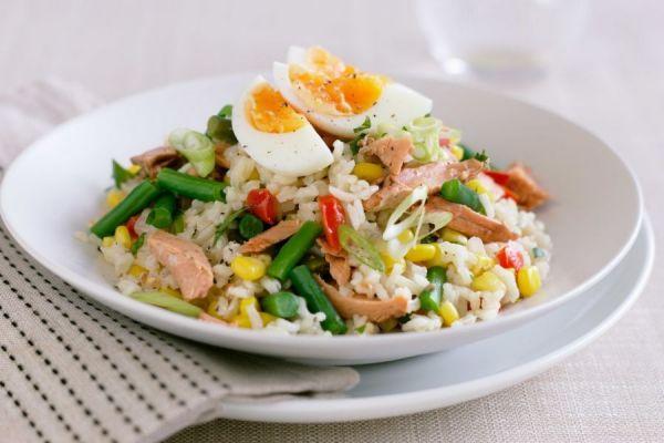 Салат с рыбной консервой и кукурузой