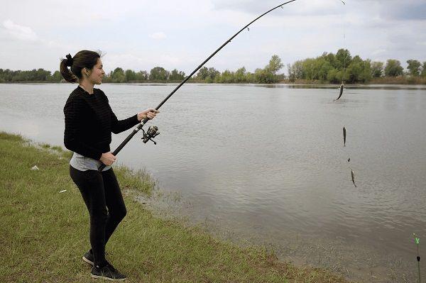Женщина с удочкой и пойманными рыбками