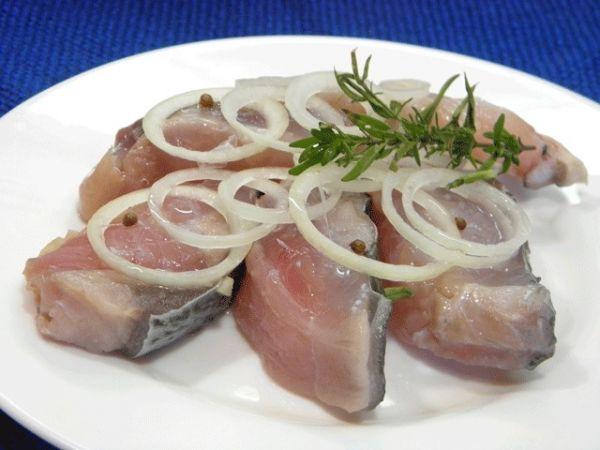 рыба на белой тарелке