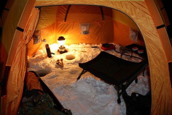 В палатке ночью