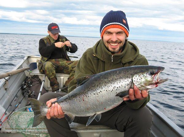 Рыбак с лососем