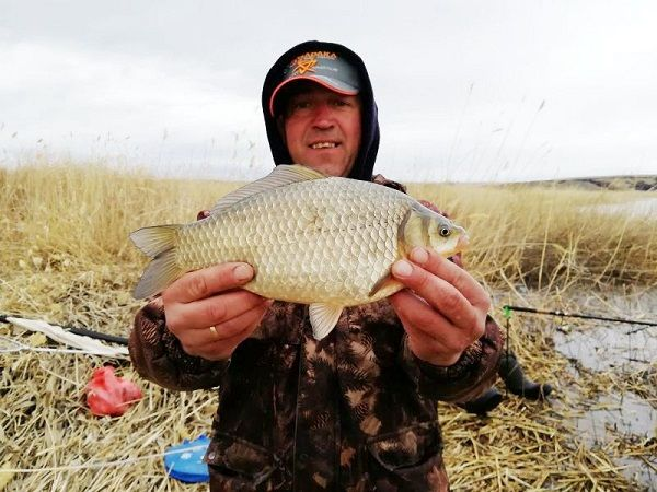 Рыбак с карасем