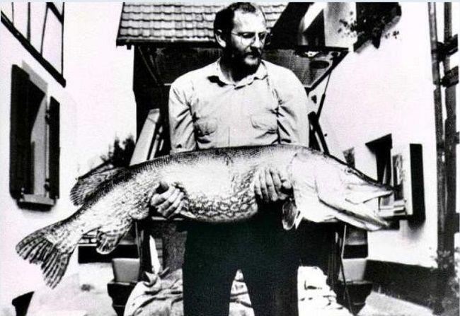 Рыбак с трофейной щукой