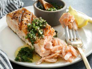 рыба-гриль на белой тарелке