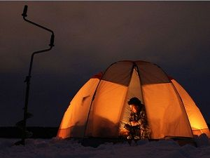 Палатка на льду зимней ночью