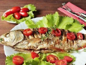 рыба с помидорами и зеленью