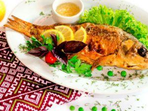 рыба на белом блюде