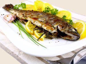 рыба, жареная на сковородке-гриль