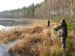 Рыболовы на осеннем водоеме