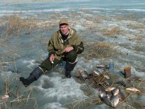 рыбак на последнем  льду