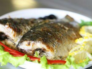 куски рыбы на тарелке