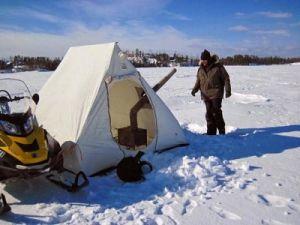 Рыбак у палатки