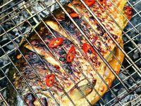 Рыба запеченная на костре на решетке